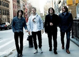 Grupa chłopaków idąca ulicą