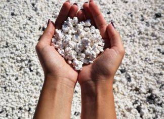 Dłonie wypełnione popcornem