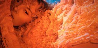 Portret dziewczyny na koralowym tle