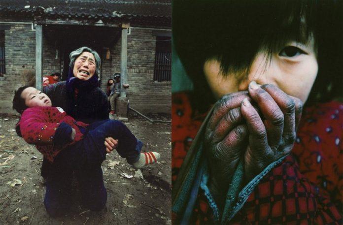 Zdjęcie kobiety z dzieckiem na rękach i dziewczyny z dłoniami przy twarzy