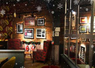 Świąteczne wnętrze kawiarnii