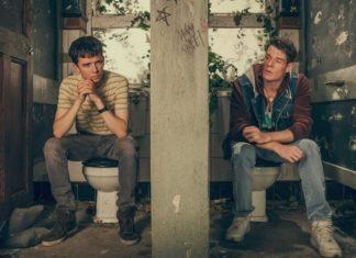 Dwóch chłopaków w obskurnej toalecie
