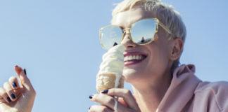 Uśmiechnięta dziewczyna z lodem w ręku