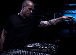 Mężczyzna przy konsoli DJskiej
