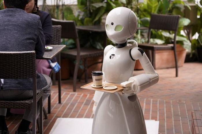 Robot z tacką na której stoi kawa