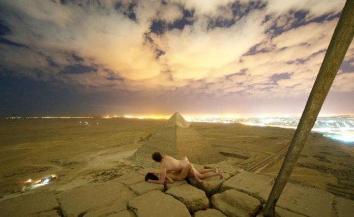 Para uprawiająca seks na piramidzie