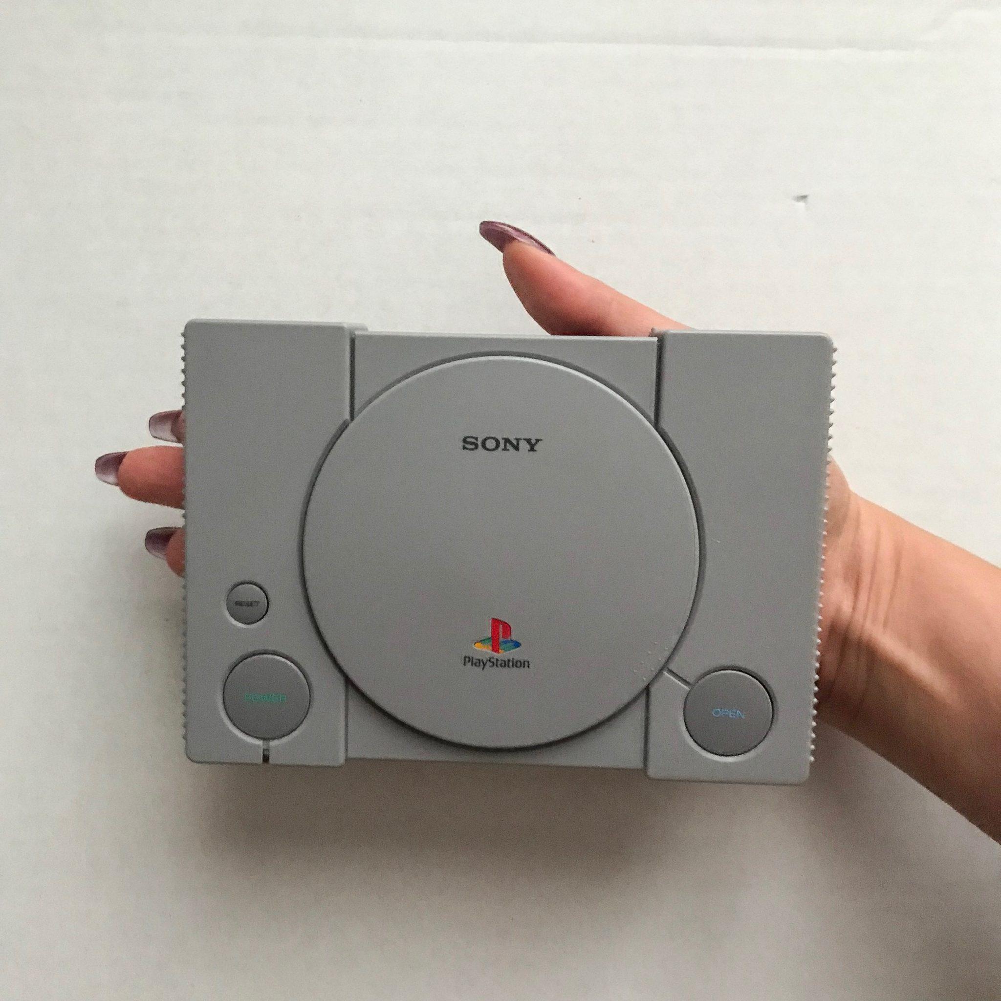 Konsola PlayStation Classic na dłoni