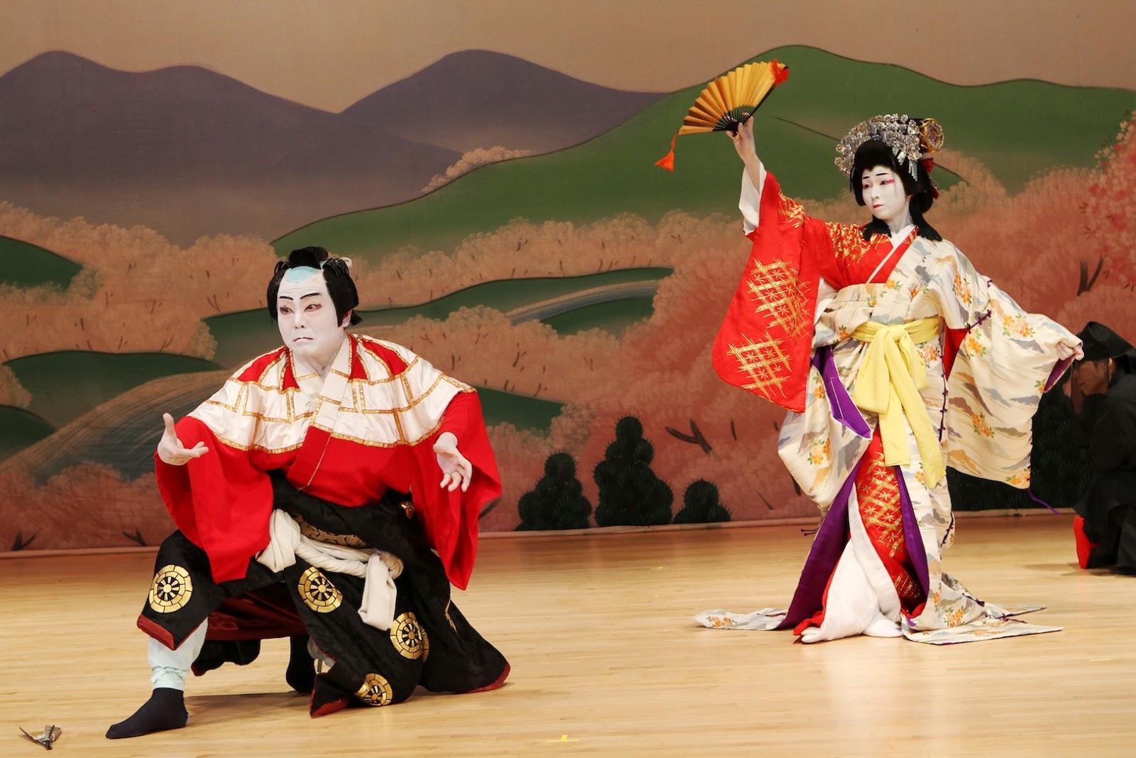 Kobieta i meżczyzna w tradycyjnych japońskich strojach