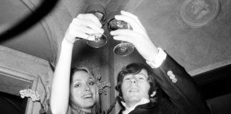 Czarno biale zdjecie dwojga mlodych ludzi trzymajacych alkohol w rekach