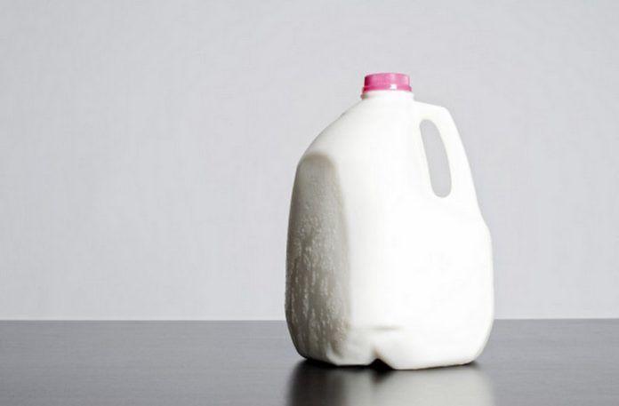 Olbrzymia butla z mlekiem