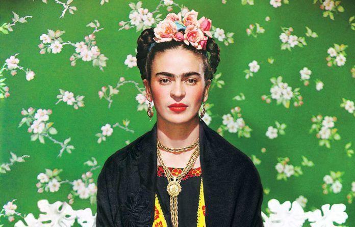 Zdjęcie przedstawiające kobietę z monobrwią na zielonym tle