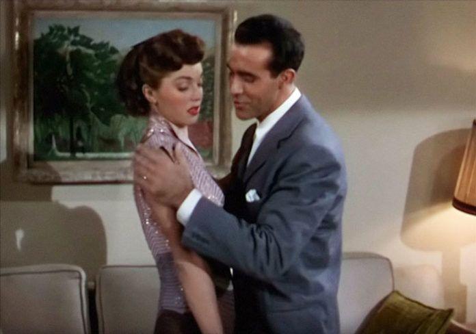Mężczyzna trzymający kobietę za ramiona