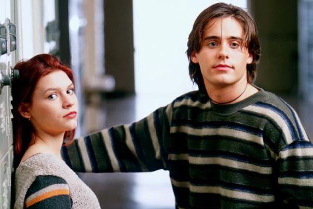 Dwujka mlodych ludzi chlopak i dziewczyna w szkole