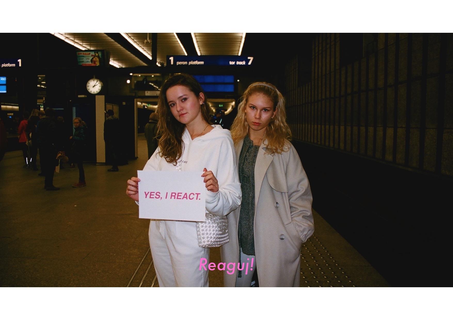 Dwie dziewczyny na dworcu z kartką Yes I react