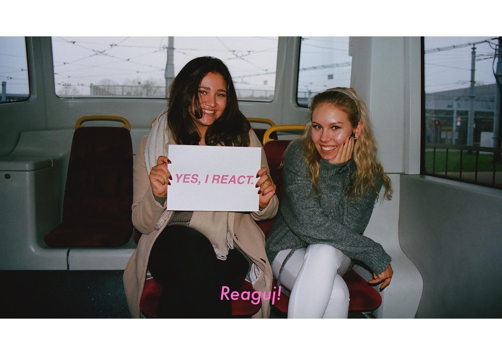 Dwie dziewczyny w tramwaju z kartką Yes I react