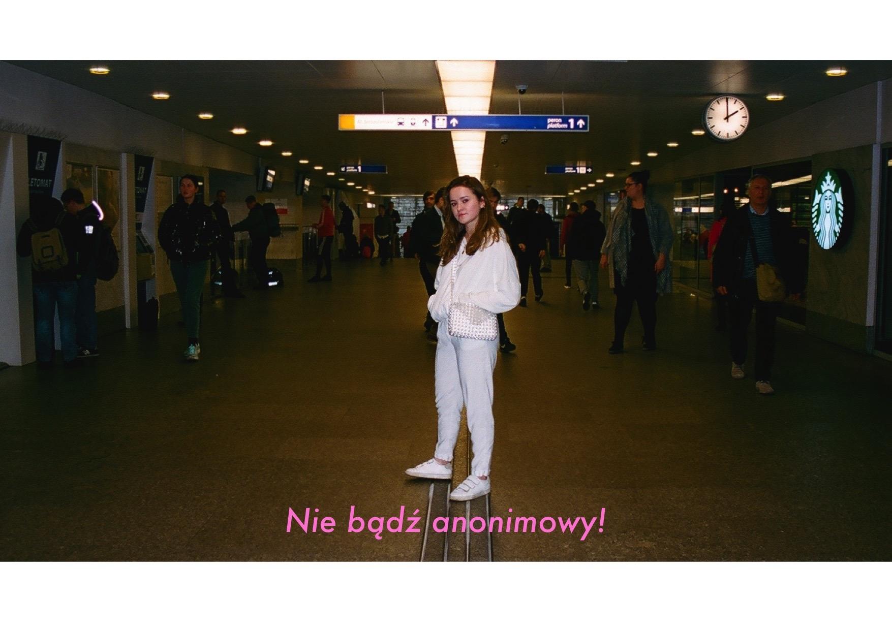 Dziewczyna ubrana na biało na dworcu centralnym w Warszawie