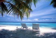 Dwa leżaki na plaży