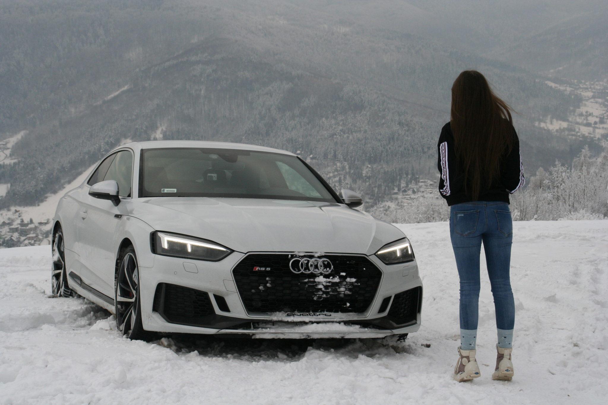 Dziewczyna stojąca na wprost samochodu