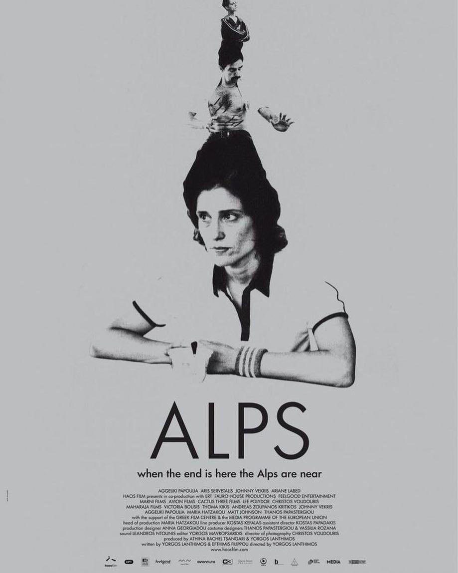 Czarno-biały plakat pokazujący kobietę z czymś na głowie