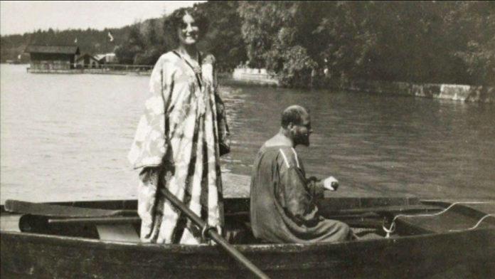 Mężczyzna i kobieta na łodzi