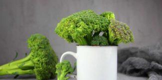 Kubek z wystającymi brokułami