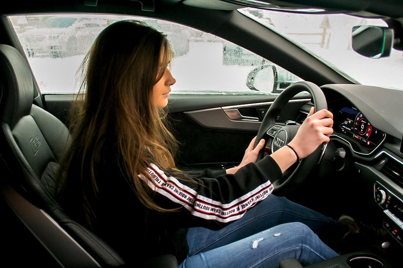 Dziewczyna siedząca w samochodzie