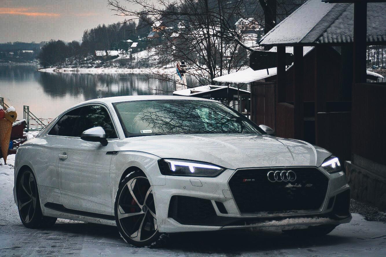 Biały samochód stojący w górskiej okolicy