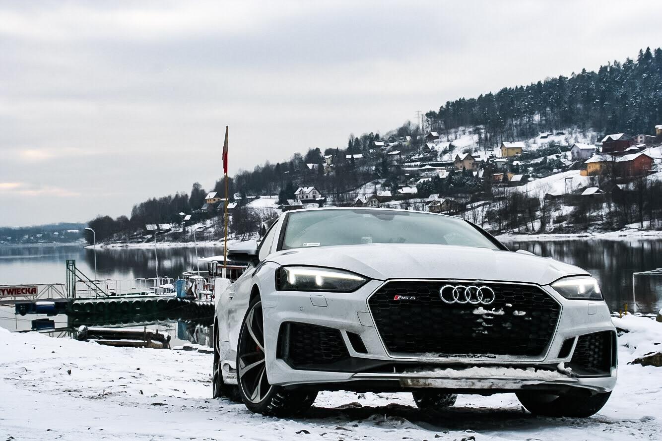 Auto na tle zaśnieżonego krajobrazu