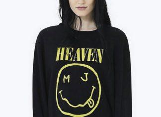 Dziewczyna w czarnej bluzie z logotypem Nirvany