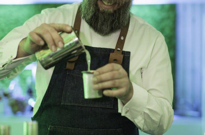 Mężczyzna robiący drinka