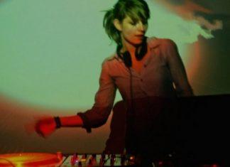 Dziewczyna stojąca przy konsolecie DJskiej