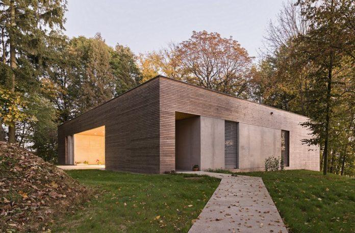 Drewniany dom wśród drzew