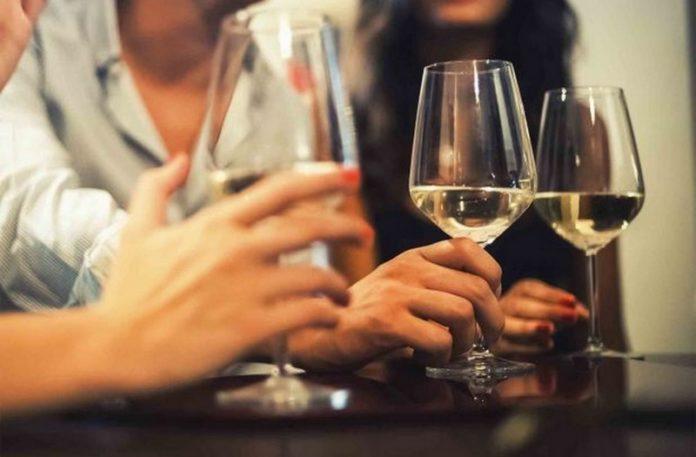 trzy osoby z kieliszkami do wina