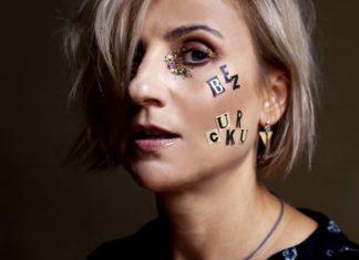 Portret blondynki z napisem Bez Cukru na policzku
