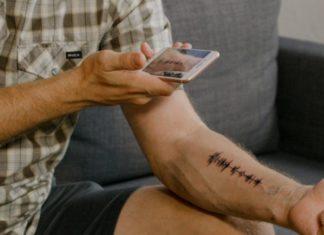 Tatuaż dźwiękowy z falą dźwiękową do odłuchiwania za pomocą aplikacji na smartfoni