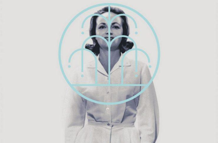 Czarno-białe zdjęcie kobiety ubranej w biały fartuch