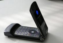 Szary telefon z klapką