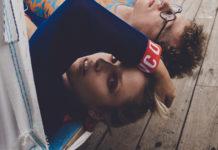 Dziewczyna leżąca na hamaku obok chłopaka