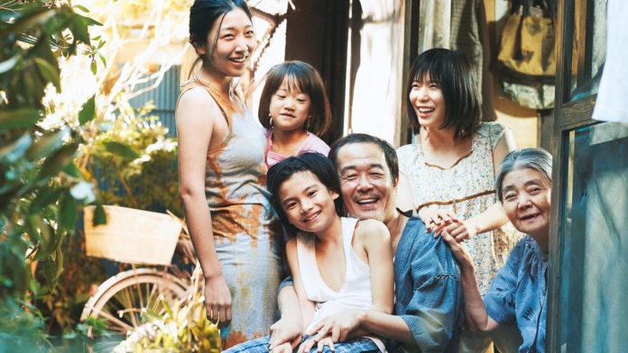 Japońska rodzina uśmiecha się na zdjęciu i przytula się
