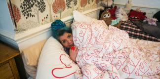 Kobieta leżąca w łóżku