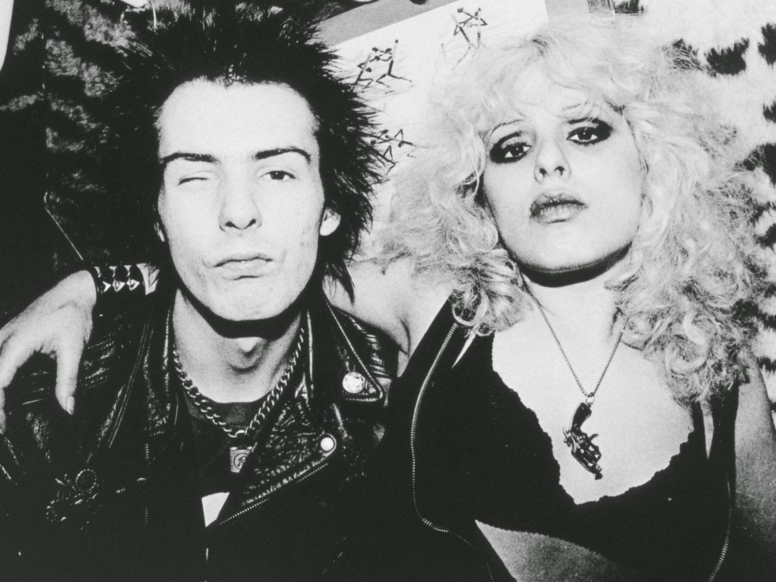 Czarno bialy portret rockowej mlodej pary