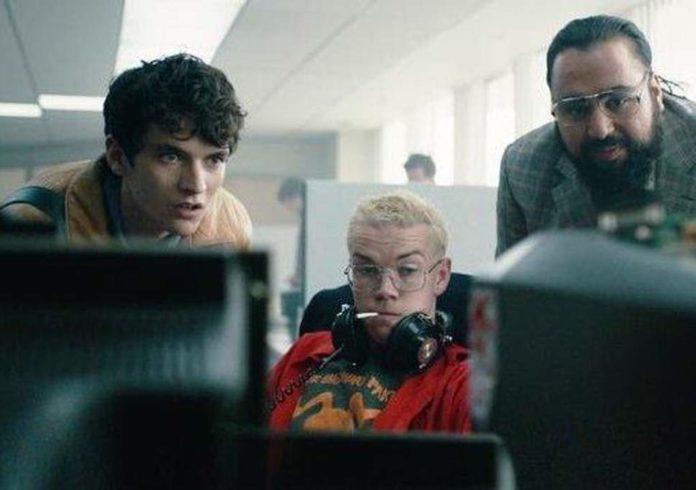Trójka ludzi przy komputerze