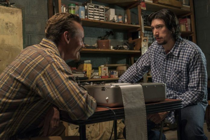 Dwóch mężczyzn siedzących przy stole