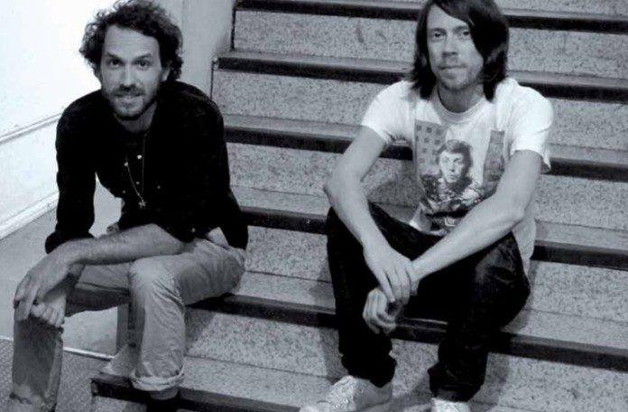 Czarno-białe zdjęcie dwóch mężczyzn
