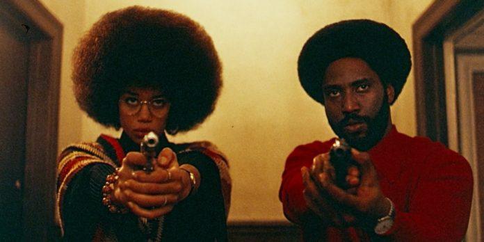 Kobieta i mężczyzna z wycelowanymi pistoletami
