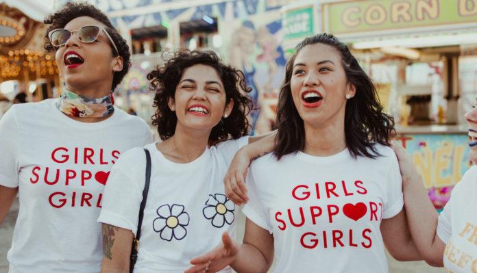 Trzy dziewczyny w koszulkach Girls support girls