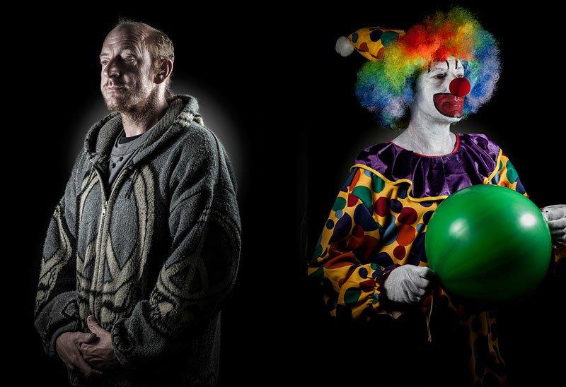 Dwa ujęcia tego samego mężczyzny: jako bezdomnego i klauna