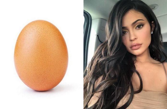 Zdjęcie jajka i ciemnowłosej dziewczyny
