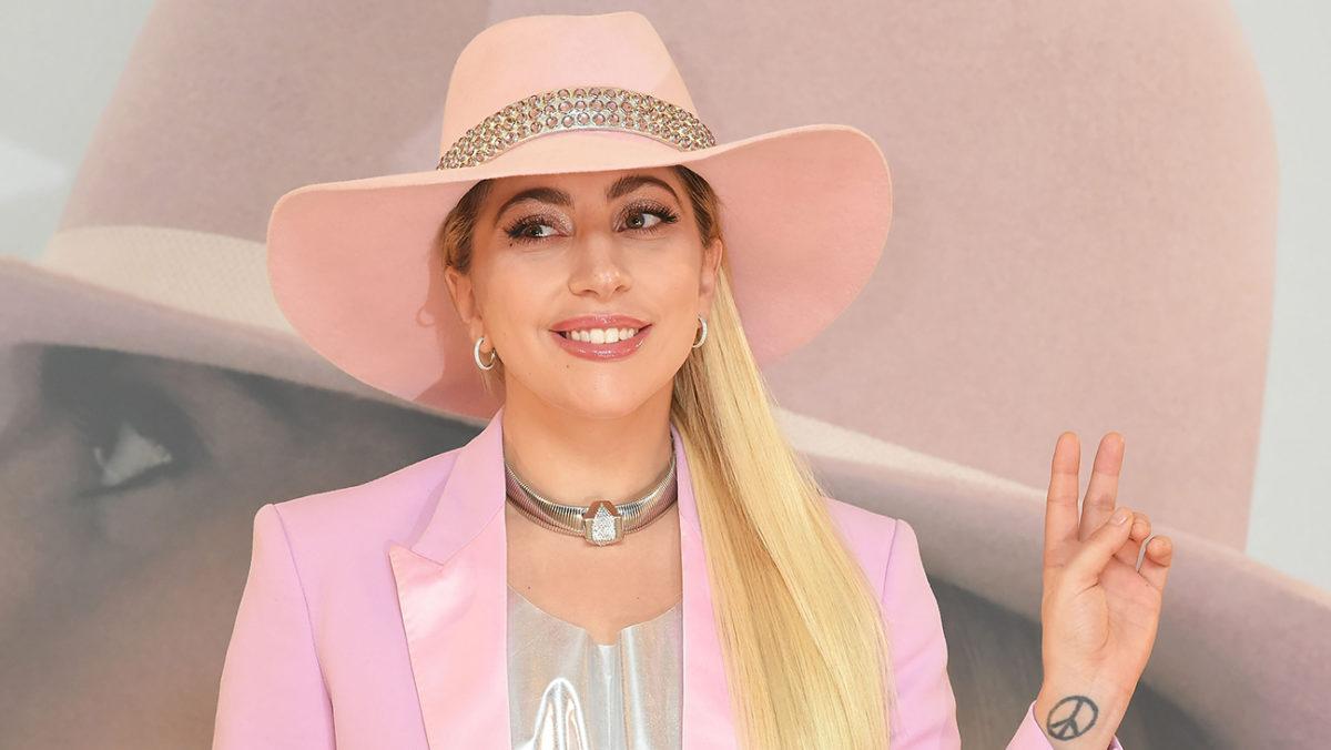 Usmiechnieta blondynka w rozowym garniturze i rozowym kapeluszu