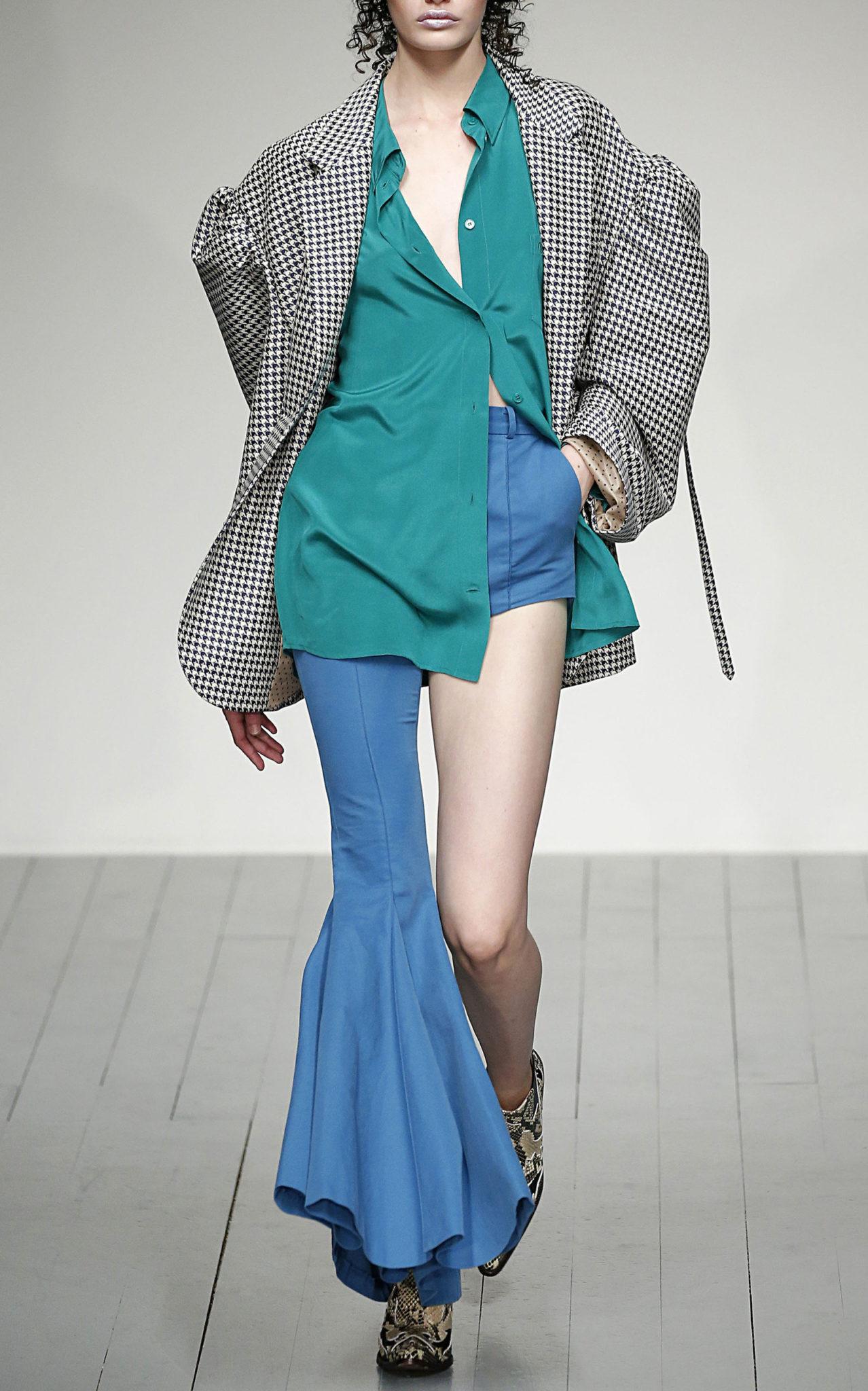 Modelka w jeansach z jedną nogawką